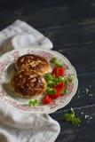Costoletas da carne de porco com salada vegetal foto de stock royalty free