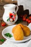 Costoletas da galinha nas côdeas de pão ralado - galinha Kiev na bacia branca no fundo de madeira Culinária ucraniana Foco seleti Imagem de Stock
