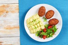 Costoletas deliciosas da carne na placa branca na esteira de tabela Fotos de Stock Royalty Free
