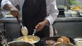 Costoletas profissionais do cozinheiro do cozinheiro chefe com batatas trituradas em uma bandeja O cozinheiro trabalha em uma coz Foto de Stock