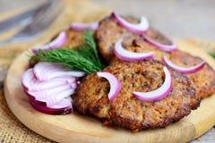 Costoletas saborosos do fígado de galinha com vegetais Costoletas Roasted do fígado de galinha em uma placa de madeira Comer saud Imagem de Stock