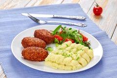 Costoletas, salada saudável fresca e batata triturada Fotos de Stock