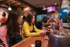 Costomer等待的拉面在拉面餐馆 图库摄影
