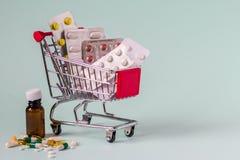 Costos médicos y precio de aumento para el concepto de las drogas foto de archivo