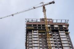 Costruction起重机和房子 免版税库存图片