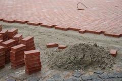 Costruction Sidewald ή πεζοδρομίων με τα κόκκινα τούβλα Στοκ Εικόνες
