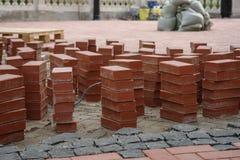 Costruction Sidewald ή πεζοδρομίων με τα κόκκινα τούβλα Στοκ εικόνα με δικαίωμα ελεύθερης χρήσης