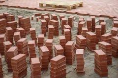 Costruction Sidewald ή πεζοδρομίων με τα κόκκινα τούβλα Στοκ φωτογραφία με δικαίωμα ελεύθερης χρήσης
