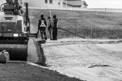 Costructionarbeiders die nieuw Tarmac voor Nieuwe Parkeerplaats leggen royalty-vrije stock foto's