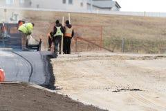 Costructionarbeiders die nieuw Tarmac voor Nieuwe Parkeerplaats leggen royalty-vrije stock foto