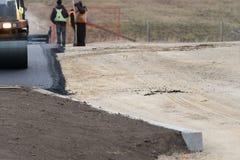 Costructionarbeiders die nieuw Tarmac voor Nieuwe Parkeerplaats leggen royalty-vrije stock afbeeldingen