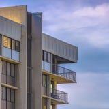 Costruendo con i balconi contro cielo blu nuvoloso immagini stock libere da diritti