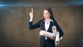 Costruendo, concetto di sviluppo, di consrtuction e di architettura - bella donna di affari professionale in vestito con il model Fotografia Stock Libera da Diritti