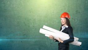 Costruendo, concetto di sviluppo, di consrtuction e di architettura - donna di affari in casco arancio, vetri con il modello Immagini Stock