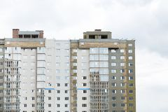 Costruendo in costruzione con le grandi finestre Fotografie Stock