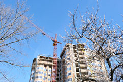 Costruendo in costruzione contro il cielo blu. Fotografia Stock