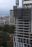 Costruendo in costruzione facendo uso delle finestre modulari e delle componenti esterne della parete fotografia stock libera da diritti