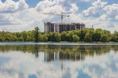 Costruendo in costruzione sulla banca di grande lago fotografie stock