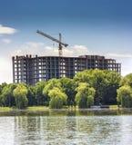 Costruendo in costruzione sulla banca di grande lago fotografia stock