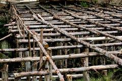 Costruendo i ceppi del pino utilizzati nella costruzione immagini stock libere da diritti