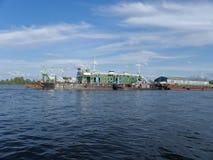 Costruendo nave per approfondire il tratto navigabile, su un fiume profondo, accompagnato dal personale e dall'attrezzatura immagini stock libere da diritti