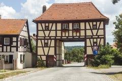 Costruendo sopra la strada nel villaggio rurale della Germania Vecchia casa come ex Fotografia Stock