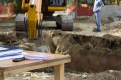 Costruisca ed il suo scrittorio funzionante con gli ordini di lavoro, il tecnico di cantiere co Immagine Stock Libera da Diritti