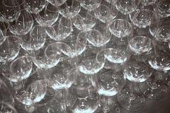 Costruisca i vetri di vino vuoti che aspettano le bevande imbottiglianti Immagine Stock