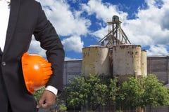 Costruisca il casco della tenuta che lavora all'alta costruzione di edifici Fotografie Stock