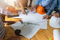 Costruisca il gruppo dell'ufficio di Architects che lavora e che discute con i modelli ed alloggi il modello, Fotografia Stock
