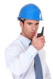 Costruisca parlare nel suo walkie-talkie Immagini Stock Libere da Diritti
