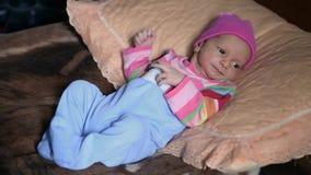 Costruito sul bambino del letto con gli occhi azzurri che affrontano in avanti stranamente video d archivio