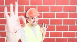 Costruttore attraente che mostra segno giusto con felicità Fotografia Stock Libera da Diritti