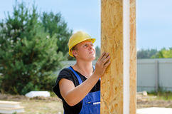 Costruttore che installa l'isolamento della parete Fotografia Stock