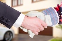 Costruttore che stringe la mano del cliente in primo piano fotografia stock