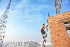 Costruttore con la salita nuda sulla scala su Immagine Stock Libera da Diritti