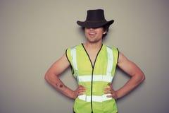 Costruttore del cowboy che porta un'alta maglia di visibilità Fotografia Stock