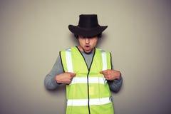 Costruttore del cowboy che porta un'alta maglia di visibilità e che è maleducato Fotografia Stock