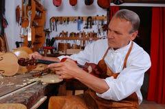 Costruttore del violino ed il suo workshop Fotografia Stock