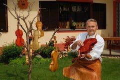 Costruttore del violino ed il suo workshop Fotografie Stock Libere da Diritti