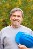 Costruttore dell'appaltatore con l'elmetto protettivo blu fotografia stock