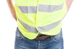 Costruttore dell'uomo in blue jeans che portano la maglia riflettente di sicurezza fotografia stock libera da diritti