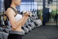 Costruttore di corpo asiatico di allenamento della donna nella palestra di forma fisica di sport Fotografia Stock