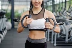 Costruttore di corpo asiatico di allenamento della donna nella palestra di forma fisica di sport Fotografie Stock Libere da Diritti