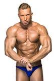 Costruttore di corpo maschio attraente su fondo bianco Immagine Stock