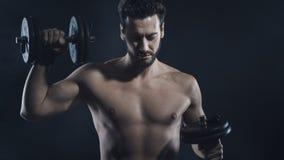 Costruttore di corpo maschio che risolve con le teste di legno fotografia stock