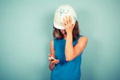Costruttore femminile sul telefono Fotografia Stock Libera da Diritti
