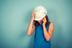 Costruttore femminile sul telefono Immagine Stock