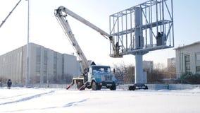 Costruttore su una piattaforma dell'ascensore ad un cantiere Uomini sul lavoro impalcatura di montaggio del muratore sul cantiere archivi video