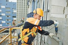 Costruttore sui lavori di costruzione della facciata Immagini Stock